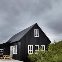 Black timber house, hotel in Borgarnes