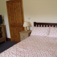 cosy ground floor disabled friendly room in farm house, hotel in Bala
