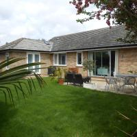 Luxury 4 Bed 3 Bathroom Bungalow , South West of London, The Dapples, hotel in Epsom