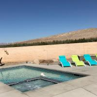 Gorgeous 3 Bedroom Home with Pool, hotel in Cathedral City