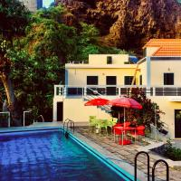 Casa Santa Barbara Deluxe, hotel in Ribeira Grande