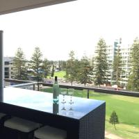 Beachside Luxury getaway in Glenelg, hotel in Glenelg