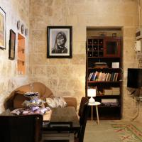 5 Minute Walk From Malta Airport, hotel en Gudja