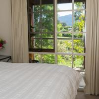 Hollyhock, hotel in Macedon