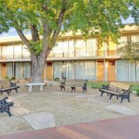 Super 8 by Wyndham Meadow Wood Courtyard