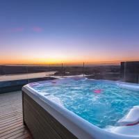Penthouse apt. amazing view & jacuzzi, hótel í Garðabæ