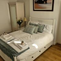 Upper Level Flat nearby GLW Airport, hotel in Paisley