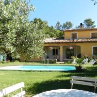 Sweet holiday home with a large lawn, swimming pool, privacy and close to cute villages, hotel in Sillans-la Cascade