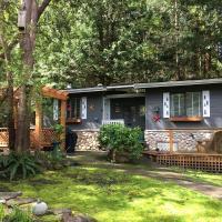 Sticks and Stones Cottage-Arbutus Grove, hotel em Galiano