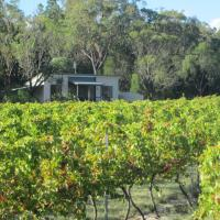 Just Red Wines Cabins, hotel em Ballandean