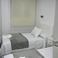 Pension Reina Josefina, hotel cerca de Aeropuerto Federico García Lorca de Granada-Jaén - GRX, Santa Fe
