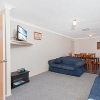 Peaceful, Quiet and so close to the beach!, hotel in Fingal Bay