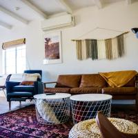 M&L Desert Cottage - 6 min To North Entry Of JTNP!, hotel in Twentynine Palms
