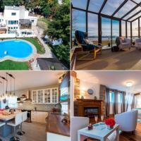 8-Bedroom Villa by the Water, hotel em Saint-Laurent-de-l'ile d'Orleans
