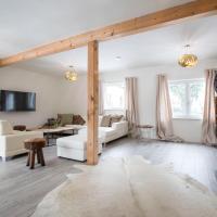 Holidaysun, Chalet Lucky, Detached Villa, 1000 qm garden, mountainview, BBQ&bikes&sunbeds for free, hotel in Golling an der Salzach