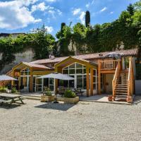 Spacious villa in Aubeterre-sur-Dronne with Private Garden, hotel in Aubeterre-sur-Dronne