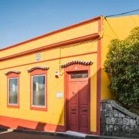 A Casa Amarela, hotel in Capelas