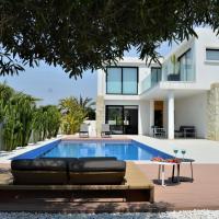 Villa with private pool, hotel in Llobregales