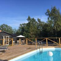 Archipelago-house with pool, boat and bikes, hotell i Djurhamn