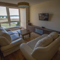 Cozy apartment with a wonderful lake view, hotel in Telšiai