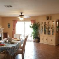 Beautifully remodeled house with great mountain views., hotel in Oro Valley