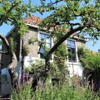 Apple Tree Cottage - charming detached canalhouse in our garden - city heart Gouda, hotel in Gouda