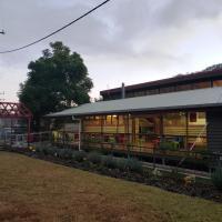 Christmas Creek Café & Cabins, hotel em Lamington