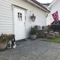 Koselig Landsbyhus i Nordfjord, hotel in Nordfjordeid
