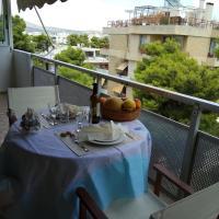 Top floor cozy apartment near the beach, hotel in Varkiza