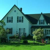 Lovely Green Gable Home, hotel em Miscouche