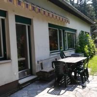 Ferienhaus am Waldrand, hotel en Ampflwang im Hausruckwald