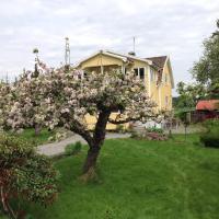 Charmig villalägenhet 150 m från Vänerns strand, hotell i Mariestad