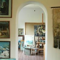 Art gallery house in fruit garden, hotel in Garni