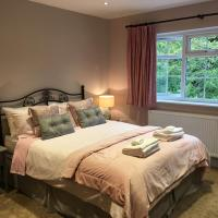 Leafy Suburban Bed and Breakfast, hotel in Northwood