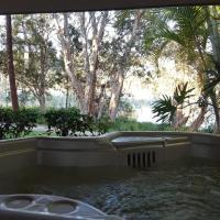 Lake Russell Lakeside Retreat, hotel em Emerald Beach