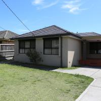 Isle of Serenity Charming House, hotel in Keysborough