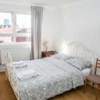 Double bedroom in ashared flat, hotel in Sutton