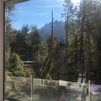 Casa moderna en el bosque y montaña