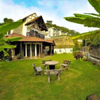 Tropical Vintage Villa W/ 8BR 10min to the Beach, hotel in George Town