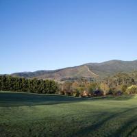 Ridge Line Riders Luxury Retreat, hotel in Wandiligong