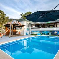 Bush Village Holiday Cabins, hotel in Airlie Beach