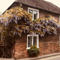 Wisteria Cottage, hotel in Gravesend