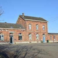 Old village train station, 5 bedrooms and 4 bathrooms, small garden, hotel in Pondrôme