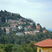 Dalla Zia Marta ampio appartamento, hotell i Brunate