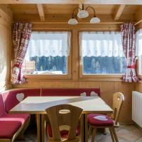 Lovely House in the Dolomites, hotell i Mazzin