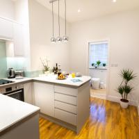 Central Plymouth Modern Apartment-Walking distance to attractions- Sleeps 4-Parking