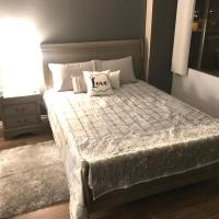 Amazing Spare Bedroom in Shared 2/B Condo behind Convention Center, hotel in Las Vegas