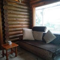 Log Cabin House, hotel in Lutong