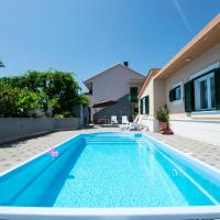 Seafront Apartments With Pool, hotel in Okrug Donji