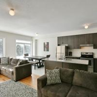 New Blue Mountain Village Snowbridge Executive Townhome Sleeps 10 with Outdoor Pool and Shuttle, hotel em Nottawa